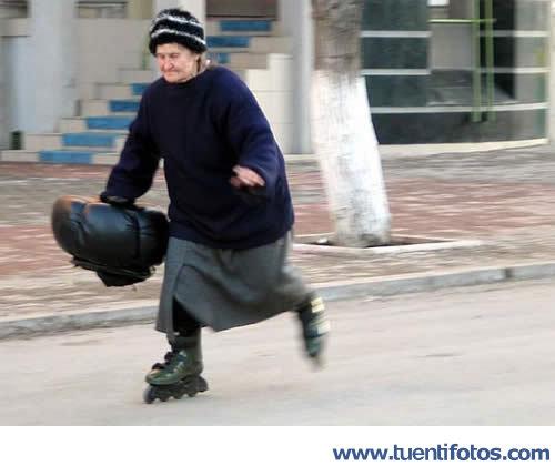 Personas de Abuela En Patines