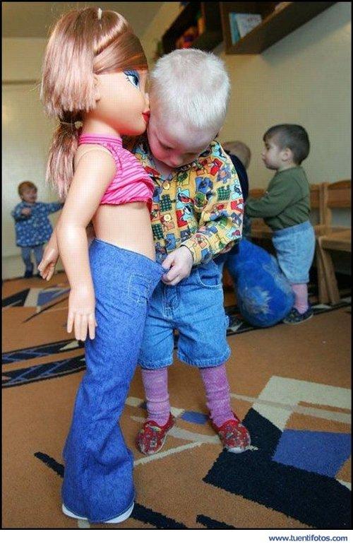Curiosidades de Niño Jugando a las Muñecas