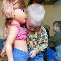 Miniatura de Niño Jugando a las Muñecas